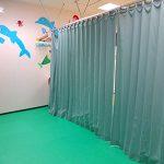 カーテンで仕切れば落ち着いた空間に。臨機応変な療育ができるよう配慮。